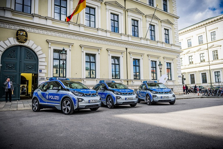 Name:  Polizei-Einsatz     Autos-im-Polizei-Einsatz-1200x800-2a908a06f95ddb7c.jpg Views: 323 Size:  160.5 KB